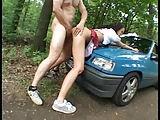 Teen Julia auf der Motorhaube genommen