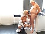 Opa und die geile Blonde