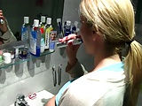 Freundin beim zähneputzen überrascht