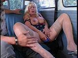 Geile Alte zeigt im Auto was sie hat