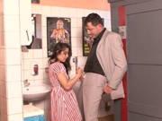Lehrer fickt junge Schülerin auf der Toilette