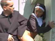 Mönch fickt asiatische Nonne im Garten