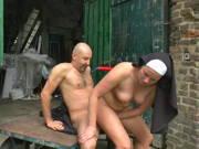 Geile Nonne fickt mit einem Mönch