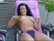 Milf masturbiert auf der Terrasse
