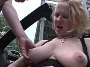 Rothaarige verführt einen Mann zum Fick im Auto