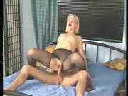 Blonde Stute wird durch ihre Strumpfhosen gefickt