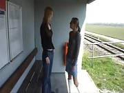 Lesbensex unter Freundinnen am Bahnhof