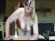 Blondine mit Maske lässt sich auf dem Tisch ficken