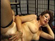 Scharfe Frau mit Bikinistreifen und einer behaarten Muschi