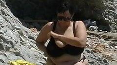 Ältere Frau zeigt fette Titten im Urlaub