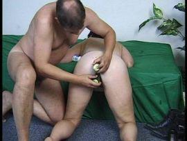 Bei Susann wird eine Ehefrau mit Gurken gefickt