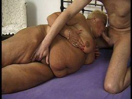 Fette Frau bekommt ihre Speckmöse gefistet