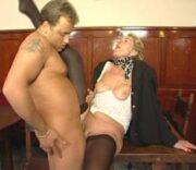 Reife blonde Dame wird auf dem Tisch in ihre leicht haarige Möse gefickt