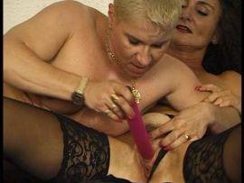 Reife Lesben bearbeiten ihre feuchten Schlitze