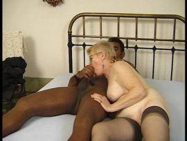 Schwarzer fickt seine reife Haushälterin Interracial