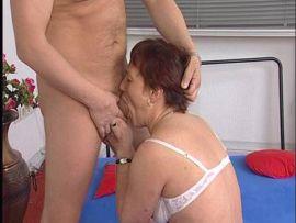 Alte Frau bumst mit dem Handwerker