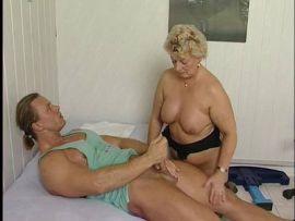 Massage für eine sehr reife Frau führt zum Fick