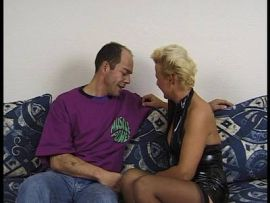 Unrasierte Frau im Lack-Kleid macht den Mann geil