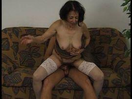 Ältere Frau im Dirndl besteigt einen jungen Mann