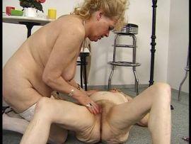 Oma Lesben mit haarigen Mösen