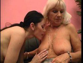 Junge Frau treibt es mit einer Oma lesbisch