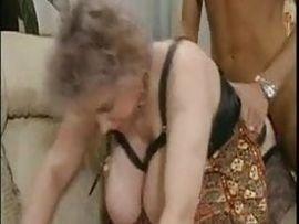 Bei Oma wippen die mächtigen Euter