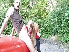 Dürre Blondine zum Fick auf dem Parkplatz abgeschleppt