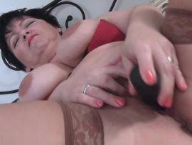 Frau mit dicken Titten zeigt ihre haarige Möse