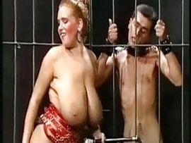 Herrin mit fetten Eutern fickt vor ihren Sklaven